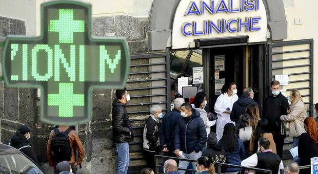 Covid, l'allarme dell'Ats di Milano: «La gente si contagia facendo la fila per il tampone»