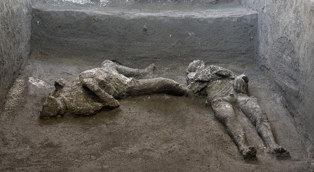 Pompei, trovati integri i corpi di due fuggiaschi: un uomo con mantello e il suo schiavo