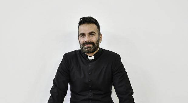Don Cosimo Schena è un prete brindisino che sta avendo un successo clamoroso sui social grazie a post e video dove recita e canta le sue poesie