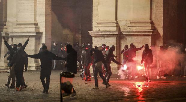 Roma, scontri in centro: bombe carta e cassonetti in fiamme, la polizia carica. Alcuni fermati