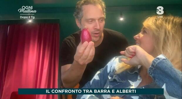 Claudio Santamaria fa irruzione in tv durante l'intervista a Francesca Barra: un amore vero, fra Depeche Mode, Ennio Morricone e...una cipolla