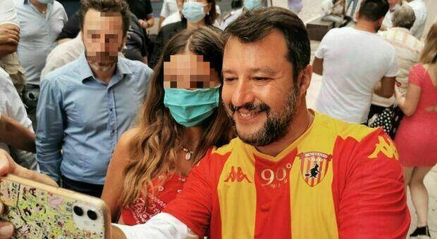 Matteo Salvini a Benevento senza mascherina, il leader della Lega paga una multa da 280 euro