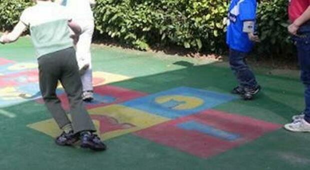 Festa in cortile per il bambino disabile con gel e mascherina, i vicini chiamano i vigili: multe di 400 euro a testa