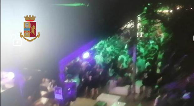 In centinaia ballano nel locale