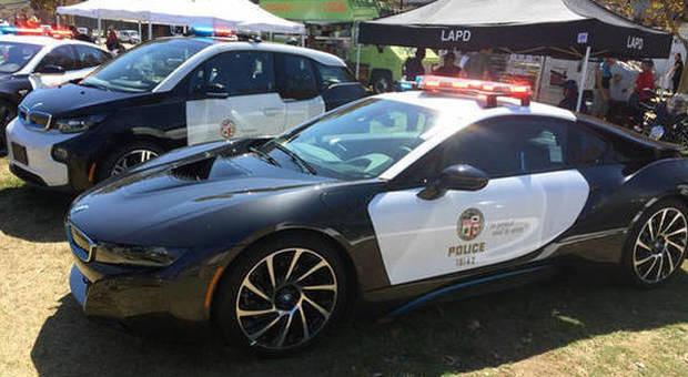 Auto elettrica della polizia si scarica durante l'inseguimento, il sospettato riesce a fuggire