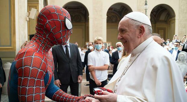 Papa Francesco incontra uno strano personaggio: all'udienza c'è anche Spiderman