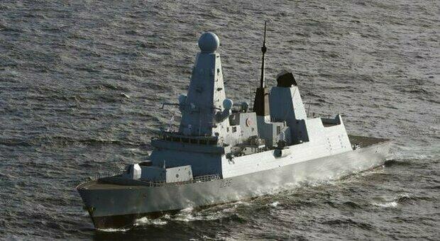 Tensione in Crimea, colpi di avvertimento della Russia a nave militare britannica. Mosca: «Violate le nostre acque»