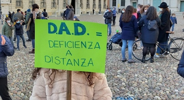 Un momento della protesta di questo pomeriggio in piazza del Popolo, a Roma