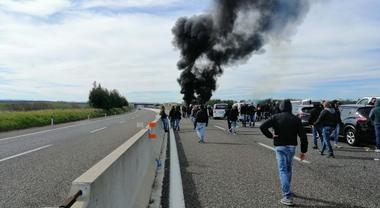 Scontro con gli ultras del Bari in autostrada: pulmini del Lecce accerchiati e incendiati. A bordo anche bambini 5070089_1312_mazzate