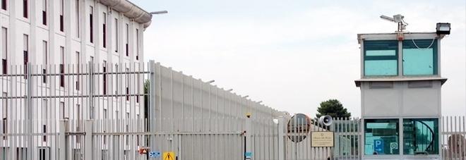 Rissa in cella e urla pro-Isis: caos in carcere, feriti due agenti