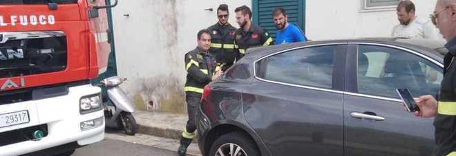 Vigili del fuoco bloccati dall'auto in divieto: costretti a sollevarla per passare