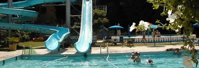 Roma, bimbo di 4 anni rischia di annegare nella piscina del centro estivo Il papà: «L'hanno perso di vista»