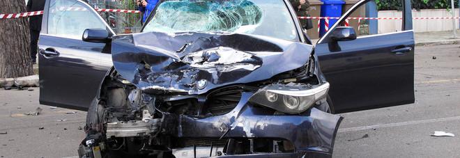 Guidando ubriaco uccise un uomo e ferì il figlio: non aveva patente e l'auto era rubata