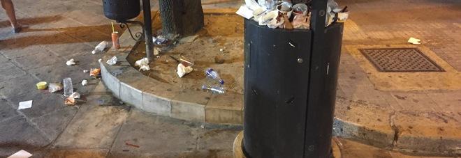 Basolato e marciapiedi lerci, cestini stracolmi di rifiuti: colpo all'immagine della città