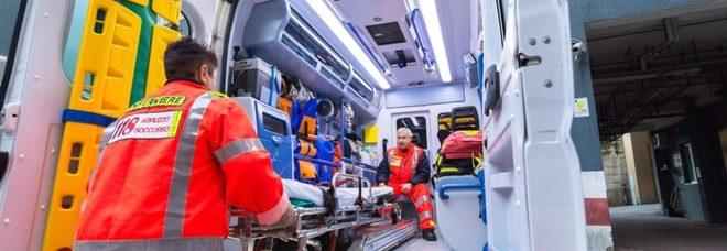 Perde il controllo dell'auto e si schianta contro il guard rail, ribaltandosi: feriti due fratelli salentini