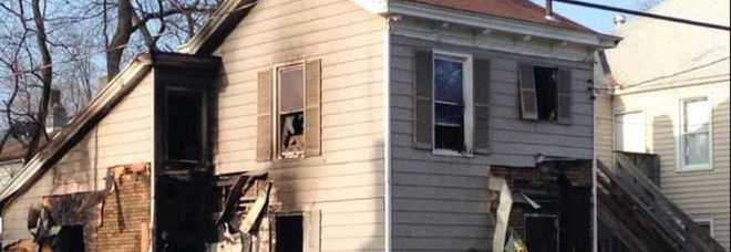 Morti tre bambini per un albero di Natale in fiamme: colpa di un corto circuito alle luci