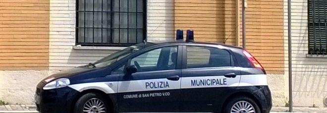 Un'auto dei vigili davanti al comando di San Pietro