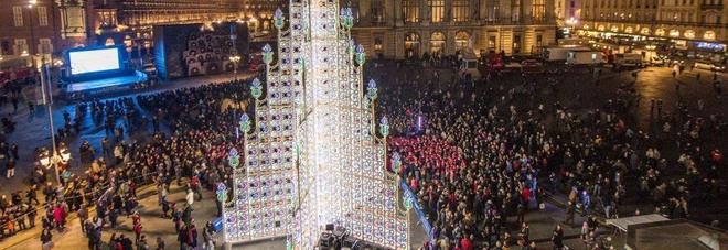 """La Scala, Roma e ora Lecce: 19 metri di luci e colori Ecco l'albero di """"Mariano"""""""
