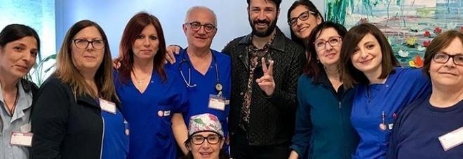 «Sono loro i veri super eroi»: Lele Spedicato al Fazzi per riabbracciare medici e infermieri