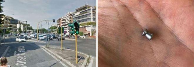 """C'è un """"cecchino"""" che spara piombini sui passanti: già quattro colpiti, caccia al folle"""