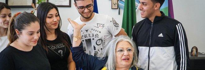 Prof disabile si sente male a casa: i suoi studenti la vanno a savare