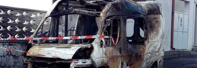 Ambulanza a fuoco, esplodono le bombole dell'ossigeno: paura nella notte