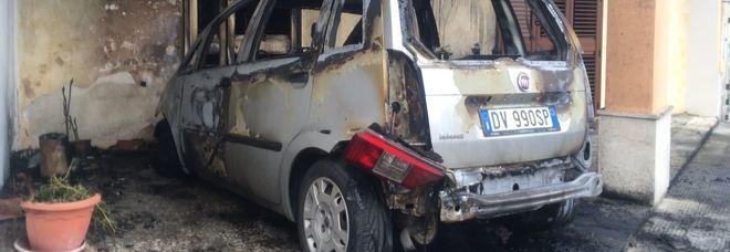 Rogo all'alba: alle fiamme l'auto di una penalista Il sindaco: teniamo alta la guardia