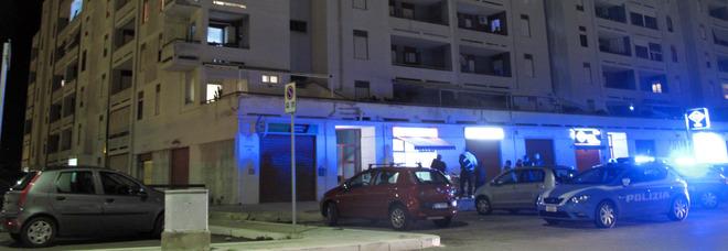 Mamma e papà fuori casa per ore, il bimbo in lacrime da solo sul balcone: interviene la polizia, genitori denunciati