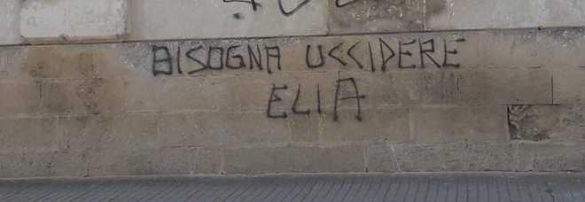 La minaccia: «Bisogna uccidere Elia» Spunta la scritta sui muri di Lecce