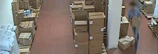 Un furto documentato dalle telecamere interne