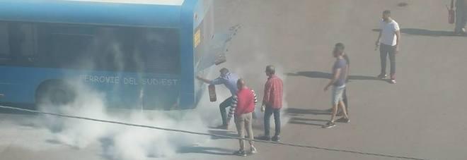 Paura alla stazione di servizio: il bus va a fuoco
