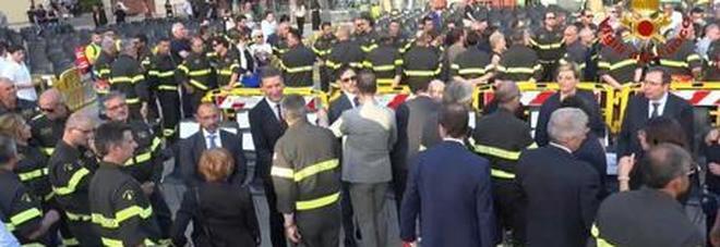 Il dolore dei Vigili del Fuoco: piazza gremita per l'ultimo saluto ad Antonio