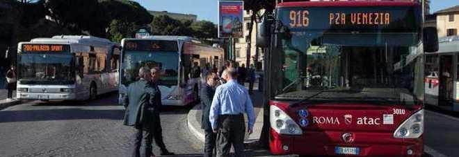 Terrore sul bus, botte a passeggeri e poliziotti: 4 feriti, arrestato 21enne