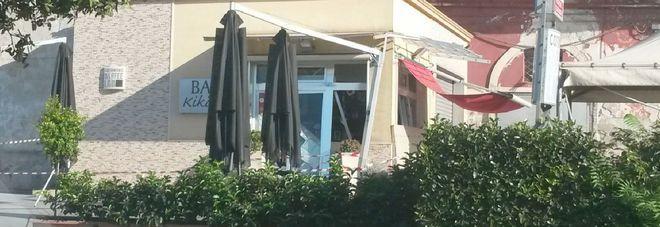 Bomba devasta bar di Porta Napoli