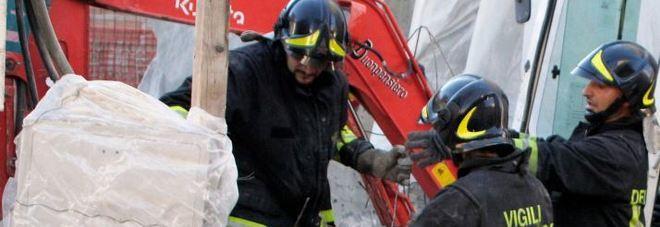 Crolli in palazzina di tre piani si temono vittime: grave un uomo estratto vivo dalle macerie