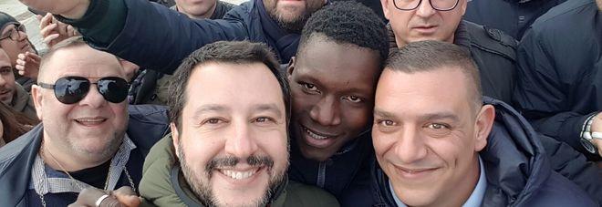 Contestazioni per Salvini nel Salento e lui si scatta un selfie con un migrante