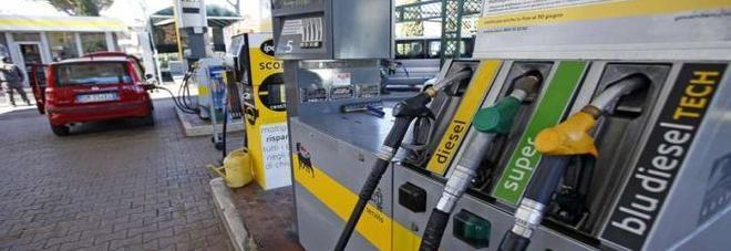 Il benzinaio scorda di inserire il self: in 80 fanno il pieno gratis