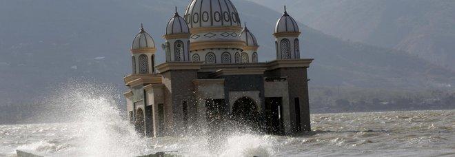 Tsunami in Indonesia, 62 morti e 500 feriti. «Muro d'acqua di 20 metri,  hotel distrutti»
