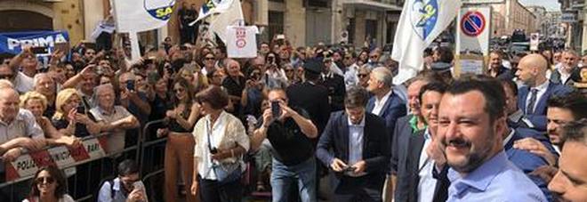 Salvini a Bari accolto con uno striscione offensivo. La Digos: vilipendio delle istituzioni