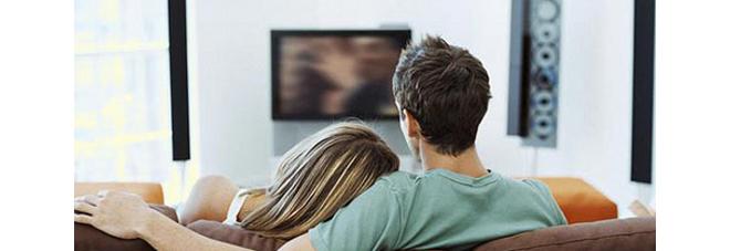 Sesso sul divano di casa davanti alla tv poi la scoperta choc per la coppia - Coppia di amatori che scopano sul divano ...
