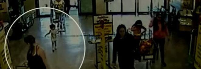 Abbandona figlia al supermercato: incastrata dalle telecamere Video