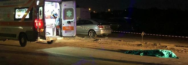 Attraversa la strada: travolto da un'auto, muore sotto gli occhi della moglie
