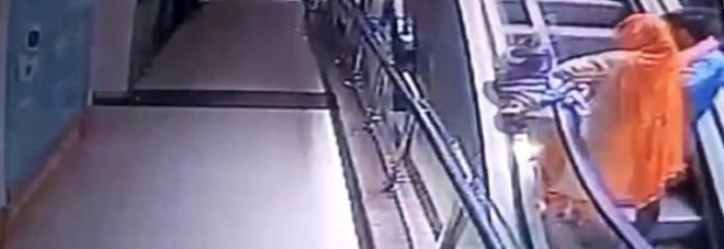 Scatta un selfie sulle scale mobili: la figlioletta le scivola di mano, cade nel vuoto e muore