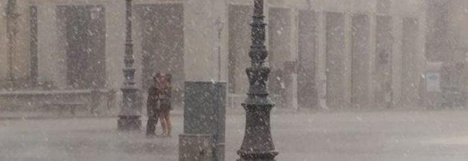 Lecce, il bacio degli innamorati sotto la pioggia