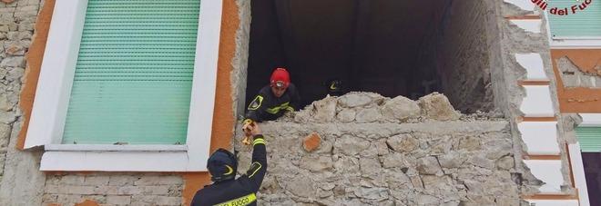 Amatrice, vigile del fuoco tocca cavo dell'alta tensione e resta folgorato: grave