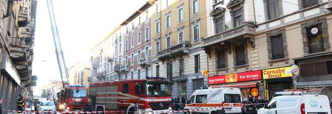 Incendio in un palazzo di via Vitruvio: decine di evacuati (Fotogramma)