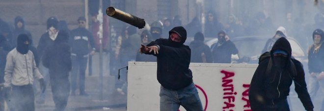 Napoli, guerriglia contro Salvini Scontri, arresti e feriti