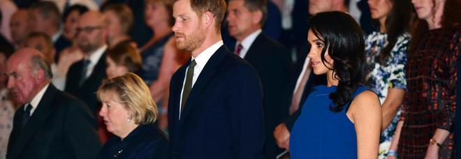 Meghan Markle incinta? Il tubino blu scelto per la serata di gala scatena i rumors