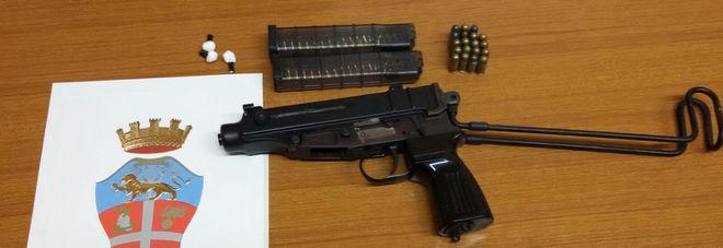Una mitraglietta Skorpion tra la biancheria: scatta l'arresto