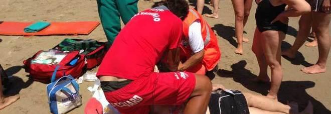 Papà muore annegato in mare a 44 anni a Grottammare mentre gioca con il figlio